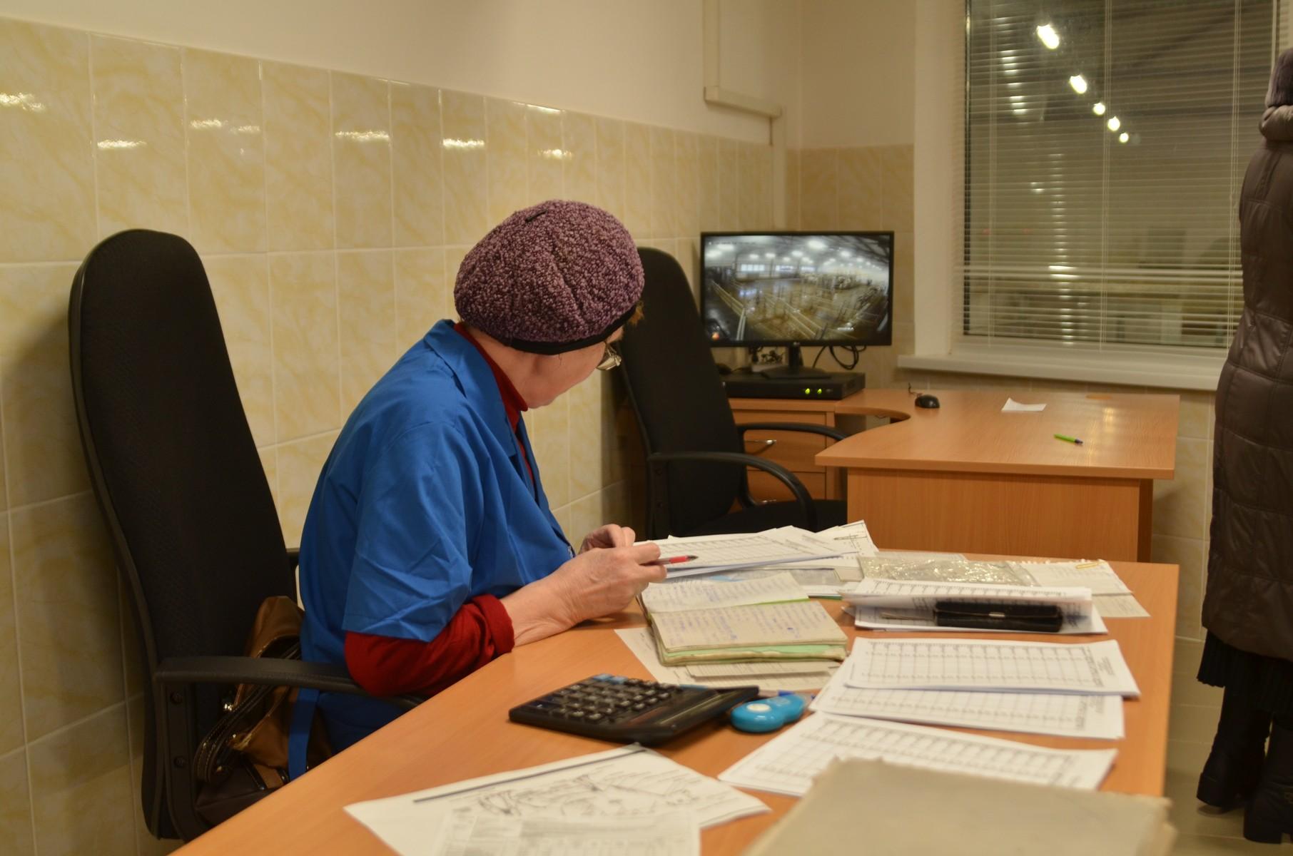 Бригадир-зоотехник Евгения Бузмакова наблюдает за процессом доения